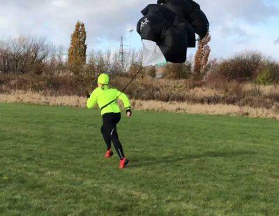 Löpning med skärm i hård vind