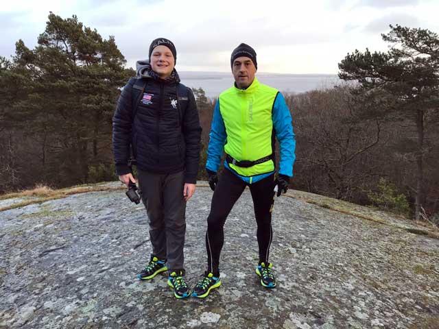 Jesper och Per högst upp på stenen på Kjugekull
