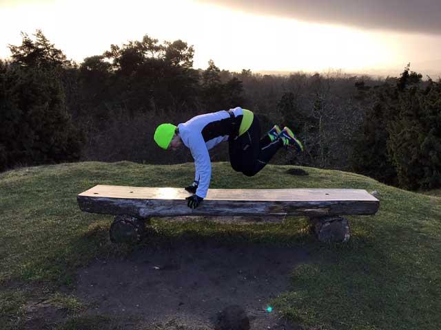 Sidhopp över bänk