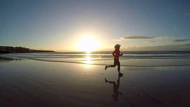 Morgonlöpning på stranden i Costa Calma.