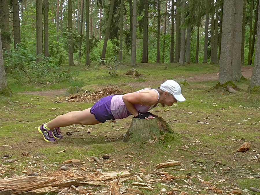 Armhävning mot stubbe i skogen
