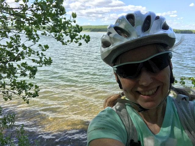 Cykelutflykt - Ingrid pausar vid Råbelövsjön
