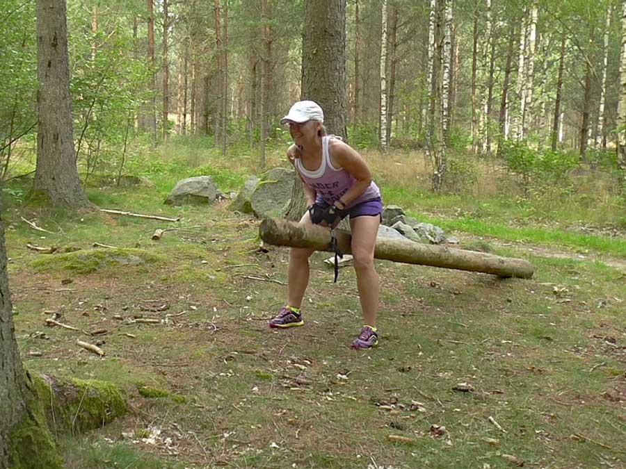 Roddövning med stor stock i skogen