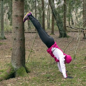 övningen wallclimb - stå på händer mot ett träd