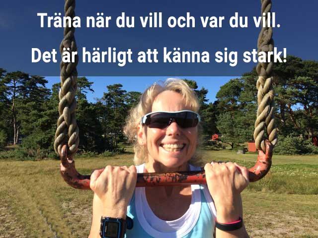 Bild på Ingrid som styrketränar utomhus i en trapets. Eget träningsprogram. Träna när du vill och var du vill!